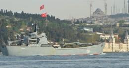 Rus gemisinde askeri araçlar kamufle