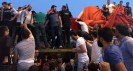 Polis askerleri linçten kurtardı