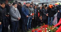 Gazeteciler de Şehitlere karanfil bıraktı