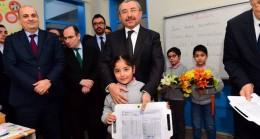 Başkan Erdem, öğrencilerin karne heyecanına ortak oldu