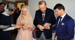 Cumhurbaşkanı Erdoğan, Gazi Mehmet Yaman'ın komşusu bir çiftin nişan yüzüklerini taktı