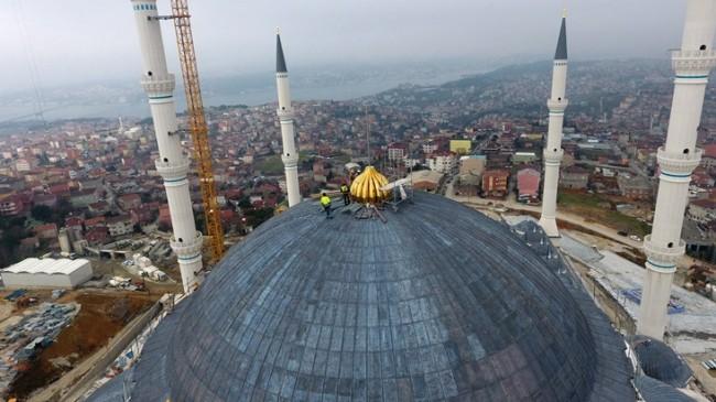 Çamlıca Camii taçlandırıldı