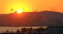 Çamlıca Camii'nin minarelerinin arasından doğan güneş, büyüledi