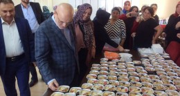 Beykozlu AK Kadınlar, aşureyi önce pişirdiler, sonra ikram ettiler