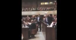 """İsrail Parlamentosu'nda """"Kudüs Filistin'in Başkentidir"""" pankartı açıldı!"""