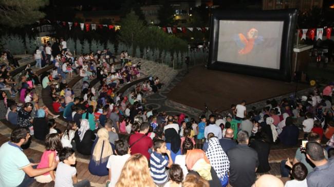 Çekmeköy'de açık hava sinema keyfi