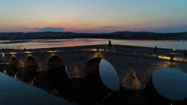 Tarihi köprü üzeri kızıla büründü