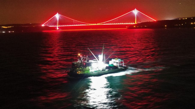Balıkçı tekneleri İstanbul'un Boğazı'nın sessizliği ile buluştu