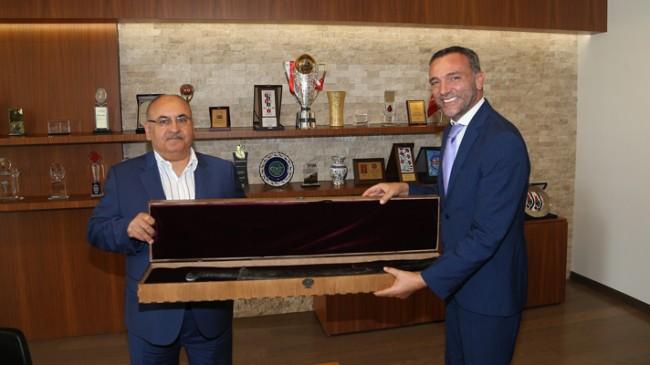 Diriliş Ertuğrul Dizisi'nde destek veren Başkan Can'a kılıç hediye edildi