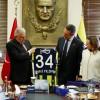 Ali Koç, Binali Yıldırım'a Fenerbahçe forması hediye etti