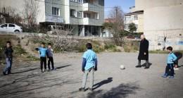 İsmet Yıldırım, çocuklarla futbol oynadı