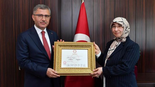 """Mazbatayı alan Türkmen, """"Artık bütün Üsküdarlıların Belediye Başkanıyım"""""""