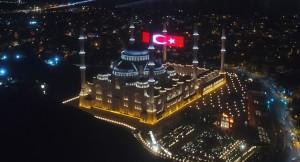 Büyük Çamlıca Camii mahyasında dev Türk bayrağı yansıtıldı