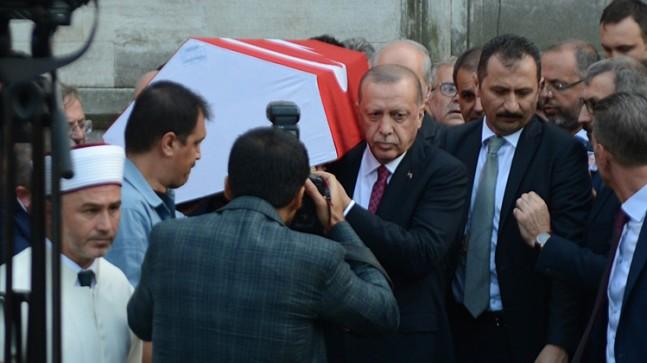 Erdoğan, Dursun'un tabutuna omuz verdi