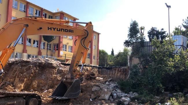 Pendik Belediyesi okulun riskli duvarını yıktı, yenisini yapıyor
