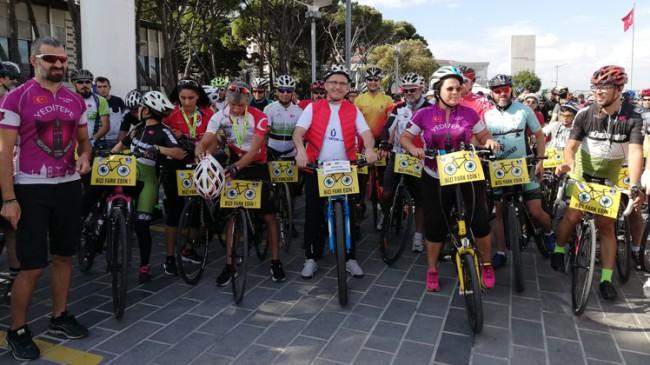 """Başkan Türkmen, """"Bizi fark edin"""" diyen yüzlerce bisiklet severle pedal çevirdi"""