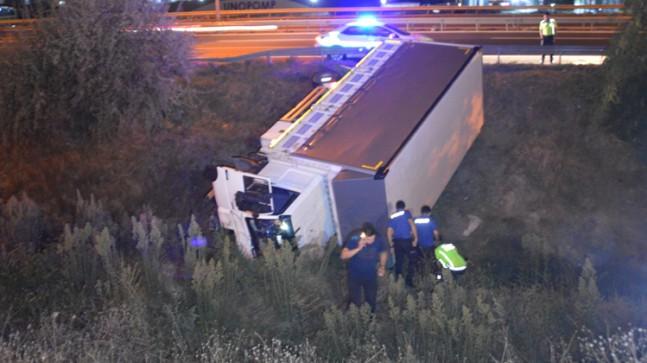 Dereye uçan kamyonun şoförü kaçtı