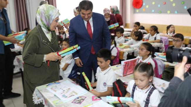 Emine Erdoğan, Esenler Belediyesi'nin 'Defter Dağıtım Töreni'ne katıldı
