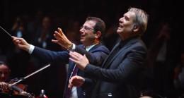 """İmamoğlu, """"Lüküs Hayat"""" oyunun şarkısında orkestrayı yönetti"""