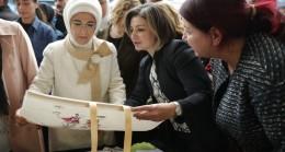 Emine Erdoğan, bez çantaya ilgi gösterdi