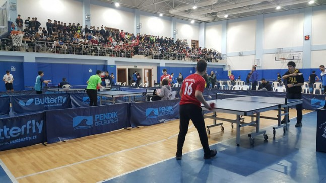 Pendik'te öğrenciler, masa tenisi turnuvasında kıyasıya mücadele etti