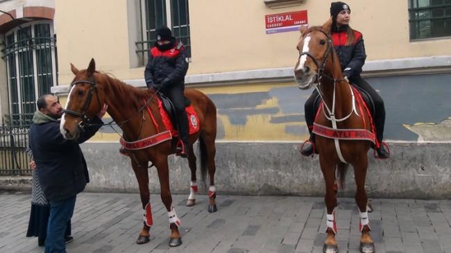 Atlı polisler İstiklal Caddesinde nöbette