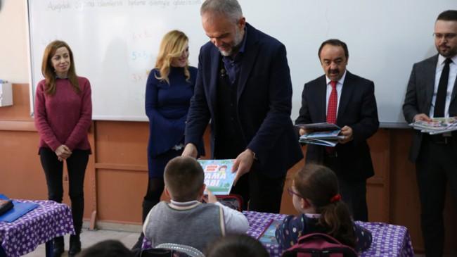 Başkan Poyraz'dan karne alan öğrencilere sıfır atık temalı boyama kitabı