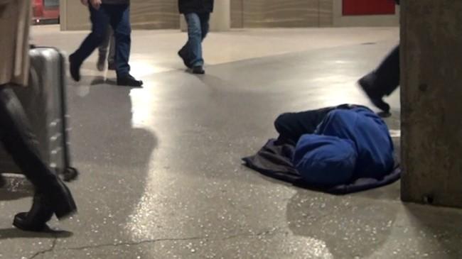 Metrodaki çocuğun yürekleri sızlatan bu görüntüsünün sorumlusu kim!