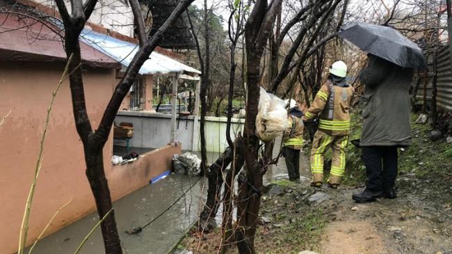 Ümraniye'de bir evi yağmur suyu bastı