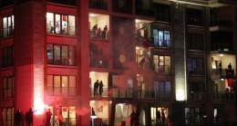 Balkonlar İstiklal Marşı ile inledi