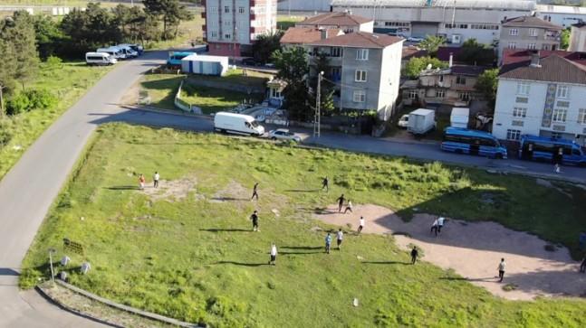 Çocukların mahalle futbolu heyecanı tüm kuralları unutturdu