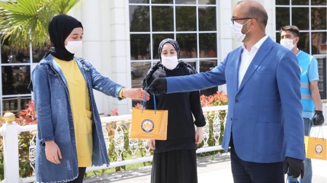 Sultanbeyli Belediyesi'nin kitap hediyesi, gençleri mutlu etti