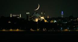 Hilal de Ayasofya Camii'ni yalnız bırakmadı