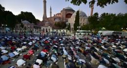 İstanbullu Müslümanlar, Ayasofya Camii'nin önünde akşam namazı kıldı