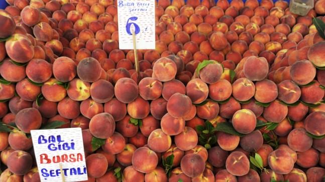 Tarlada 2 Lira olan şeftali, semt pazarına geldiğinde 3 katı fiyata yükseliyor!