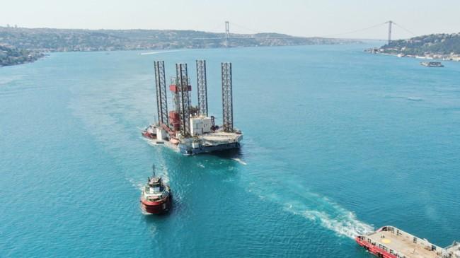 Boğazdan dev petrol platformu geçti