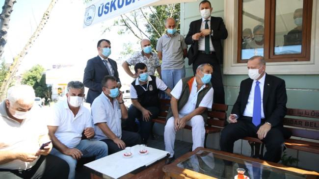 Cumhurbaşkanı Erdoğan, taksi durağında taksiciler ve vatandaşlarla sohbet etti