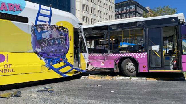 Tramvay otobüse çarptı