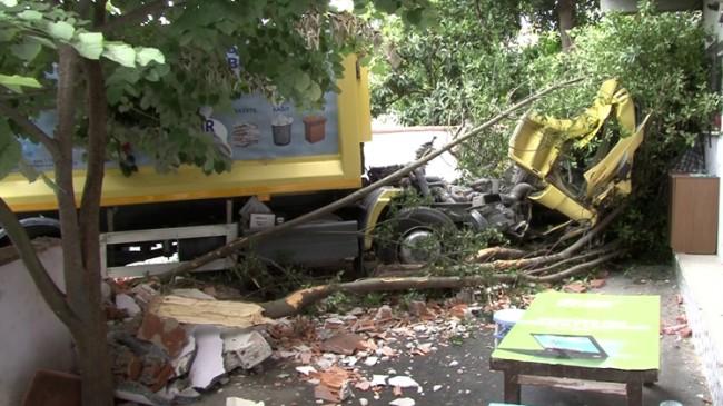 Çöp kamyonu binanın bahçesine daldı!