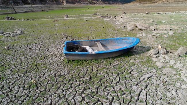 Sazlıdere Barajı'nın halini sandal anlatıyor