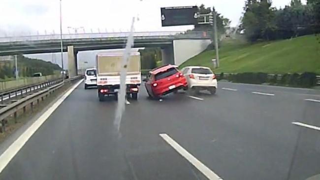 Şerit değiştirirken kaza 'geliyorum' dedi!