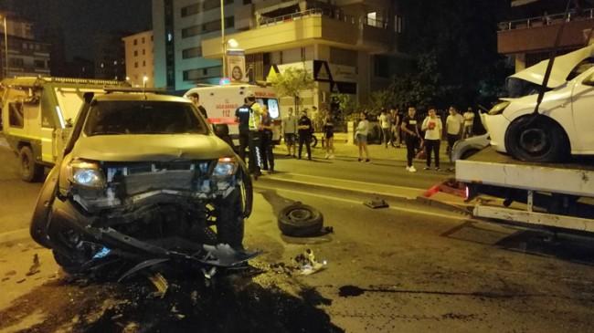 Trafik kazasında araç hurdaya döndü