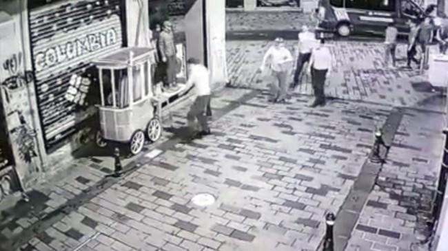 İBB, İstiklal Caddesi'ndeki kestane ve simitçi tezgahlarını gece yarısı kaldırdı