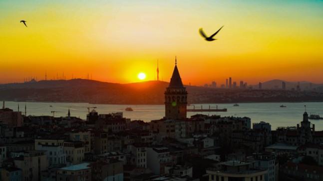 Galata Kulesi, gündoğumu ile bakışıyor