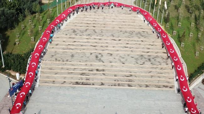 Pendik Belediyesi'nden 97 metrelik dev Türk Bayrağı