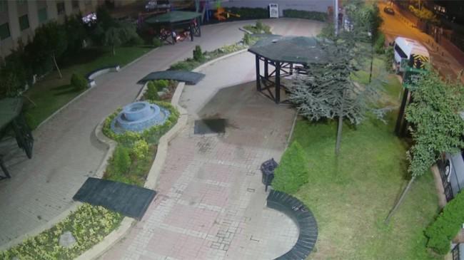 Ümraniye'de parkın çardak ve bankları kırıp ateş yakarak mangal yaptılar!