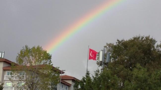 Şanlı bayrağımızla Gökkuşağı buluştu