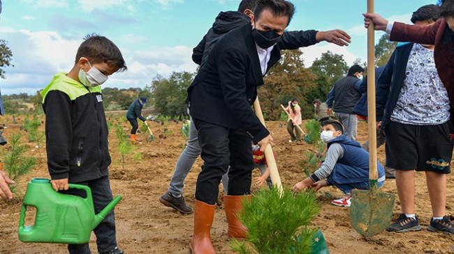 Tuzla Belediyesi'nin öncülüğünde 'Geleceğe Nefes' için yüzlerce ağaç dikildi