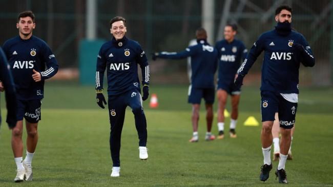 Mesut Özil takımla antrenmana çıktı