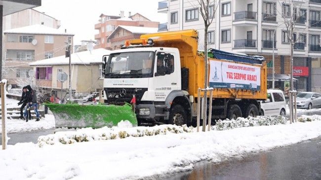Sancaktepe Belediyesi, araç gereçleriyle sürekli sahada kar temizliği yapıyor